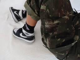Calça cargo camuflada + Nike Air jordan 35