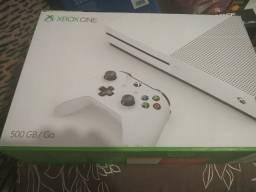 Xbox One S com 1 controle + 2 jogos Mídia física