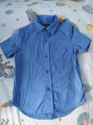 Título do anúncio: Camisa/Blusa social manga curta azul c/ triângulos brancos 4 anos Menino Menina