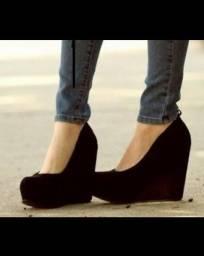 Sapato de camurça preto, salto wedge de 10cm, tam 35