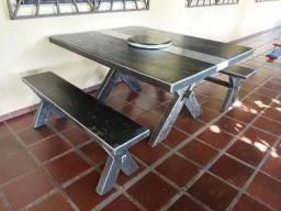 Mesa de madeira com dois bancos