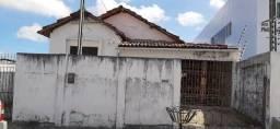 Casa na avenida principal, servindo para construção de edificio ou moradia