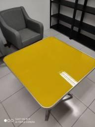 Mesa Amarela em alumínio com vidro.