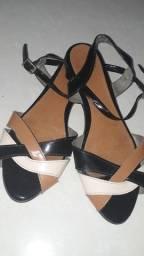 Estou vendendo essas duas sandálias por preços diferentes