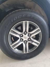 Vendo jogo de rodas com pneus para hilux/sw4