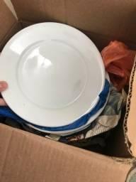 19 pratos brancos de porcelana