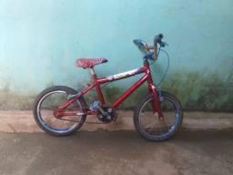 Uma bicicleta infantil uma máquinas de