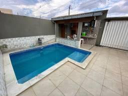 Casa com piscina e três quartos
