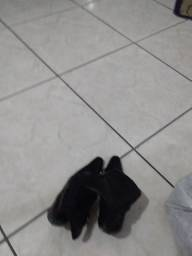Vendo  uma bota preta  n° 37 me chamar no inbox Valor por R$ 35