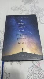 Livro a longa viagem a um pequeno planeta hostil