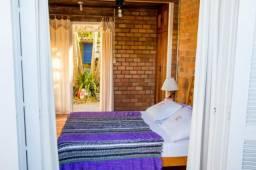 Suite em Pousada mobiliada com roupa de cama e banho