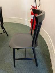 Cadeira de madeira preta