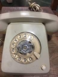 Telefone antigo de mesa a disco