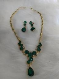 Conjunto de colar imitação de esmeraldas
