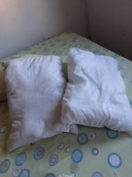 Travesseiros são dois. Semi novo. Entrego.