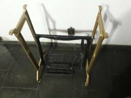 Mesa de pé de máquina de costura antiga em 10 X