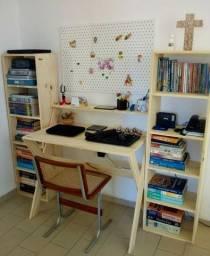 Mesa de estudo mais duas estande para livros