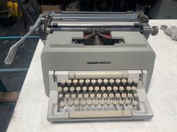 Máquina de escrever Olivetti Linea 98 completa, revisada, funcionando perfeitamente.