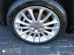 Jogo de rodas 17 com pneus Bridgestone.