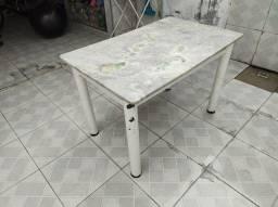 Mesa de cozinha de mármore porém o mármore está quebrado no meio.