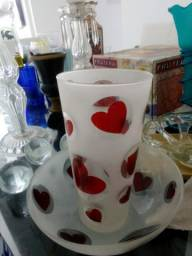 Conjunto em vidro pintado com corações, jarro e fruteira