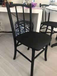 Cadeiras em madeira envergada