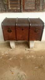 Baú anos 50 antigo, de madeira,