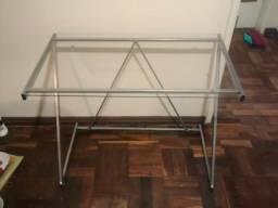 Mesa de metal com tampo de vidro / escrivaninha