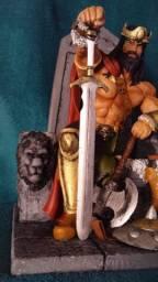 Escultura: Rei Conan o Bárbaro sentado no trono, em resina e medindo 28 cm