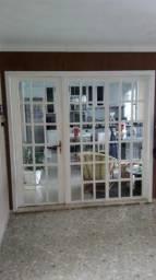 Porta e portal de madeira com vidros