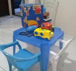Mesa infantil com duas cadeiras e mais um puff
