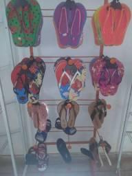 36 pares de chinelos sandálias e outros utensílios
