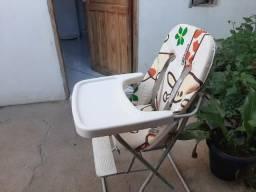 Cadeira de refeição e uma motoca multifuncional
