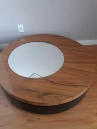 Linda mesa em madeira e espelho