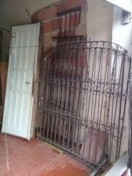Vendo 2 grades de ferro p janela- tamanho 1,5m por 1,5m , mas uma porta de madeira