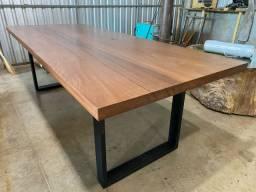 Mesa em madeira maciça e pés em aço