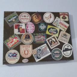 Quadro com selos de bebidas alcoólicas antigas