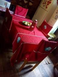 Uma linda mesa com 4 cadeira de madeira