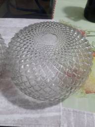 Lustres de vidro transparente.