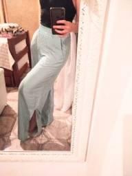 Calça pantalona com abertura lateral