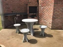 Mesa concreto com 04 banquetas