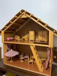 Casinha de boneca de madeira com moveis
