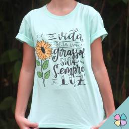 """T-Shirt """"Na vida seja um girassol, siga sempre a luz"""""""