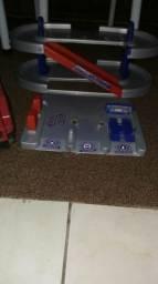 (Brinquedo) Posto e estacionamento de plástico está inteirinho