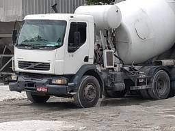 Caminhão betoneira em ótimo estado trabalhando pouco