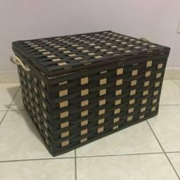 Caixa Baú Trançada: Madeira + Fibra Sintética | 52x40x32cm | Semi-nova | Parcelo no Cartão