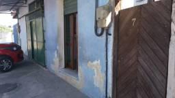 Residência de sala e quarto com garagem e pequena loja póximo a Luis de Lemos