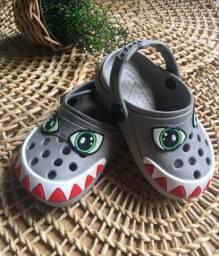Babuche estilo Crocs tubarão (novíssima)
