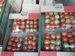 Vendo bandejas de brócolis e tomates