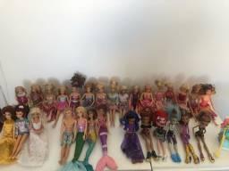 Título do anúncio: 30 bonecas Barbies, ken e monstherhigh